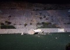 ΈΚΤΑΚΤΟ: Κατολίσθηση στο γήπεδο της Άνω Σύρου. Έπεσε τεράστιος βράχος. Ευτυχώς προκλήθηκαν μόνο υλικές ζημιές