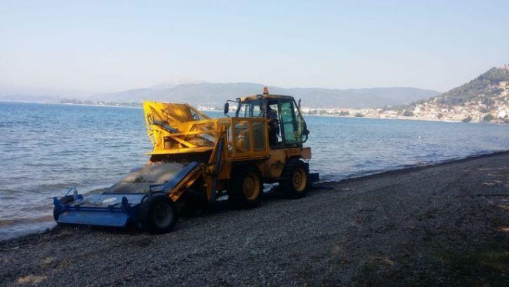 Καθαρισμός των παραλιών με ειδικό μηχάνημα από το Λιμενικό Ταμείο