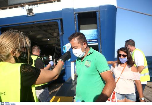 Καθημερινά έως τα τέλη Αυγούστου τα τεστ στα λιμάνια του Πειραιά και της Ραφήνας για όσους επιστρέφουν από τα νησιά